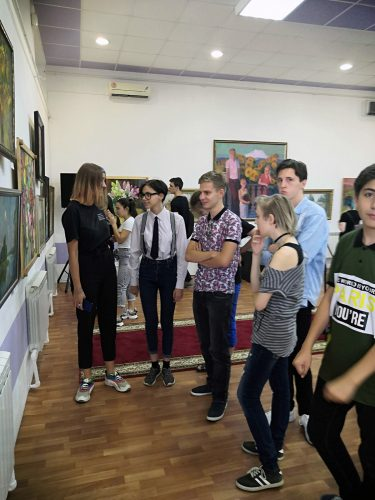 Студенты обсуждают экспозицию